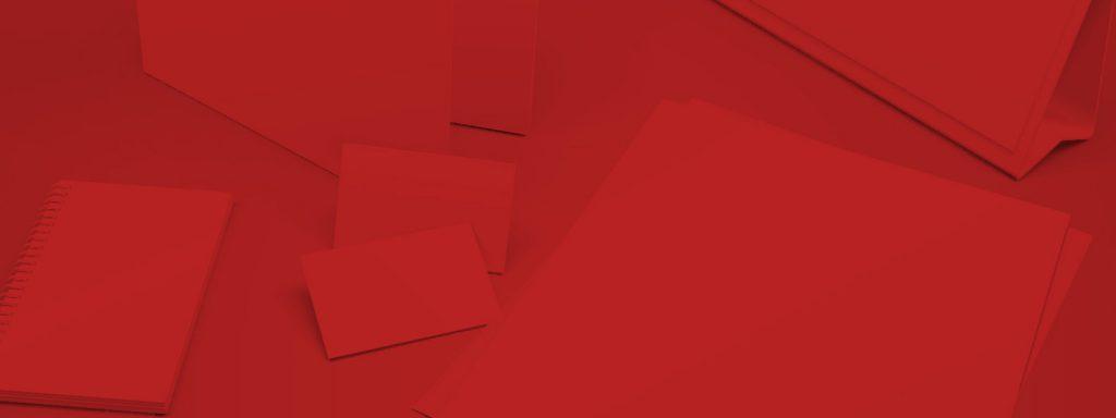 Geschäftsunterlagen auf Schreibtisch: Briefpapier, Visitenkarte in Corporate Identity